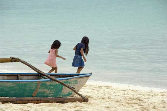 girls on a boat-AsiaPhotoStock
