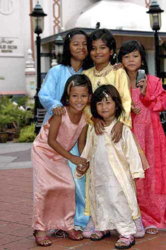 girls in malay dresses-AsiaPhotoStock