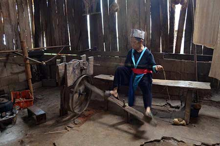 hmong spinning loom-AsiaPhotoStock