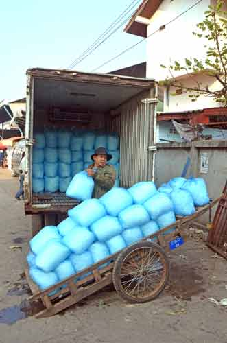 ice cube delivery-AsiaPhotoStock