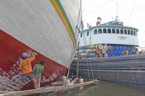 painting traditional ship-AsiaPhotoStock