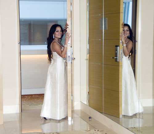 bride reflected-AsiaPhotoStock